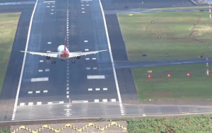 Η πιο... αποτυχημένη απόπειρα προσγείωσης αεροπλάνου που έχετε δει (Video)