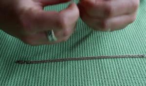 Ο πιο εύκολος τρόπος για να κουμπώσετε το βραχιόλι σας, με ένα... συνδετήρα (video)