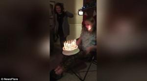 Πήγε να σβήσει τα κεράκια και άρπαξε φωτιά το μαλλί της! (video)