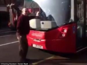 Βίντεο: Άγγλος διαδηλωτής σταματάει λεωφορείο και μπαίνει μπροστά του