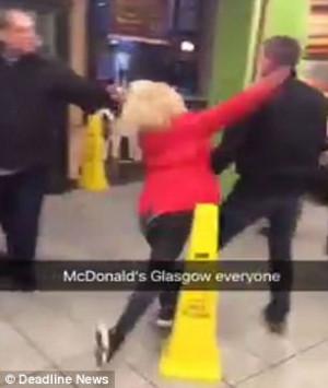 Γυναίκα μικρόσωμη χτυπάει πολύ ψηλότερο της άνδρα και τον προκαλεί για ξύλο (video)
