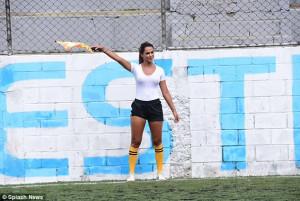 Γυναίκα βοηθός διαιτητή έκλεψε την παράσταση σε αγώνα ποδοσφαίρου