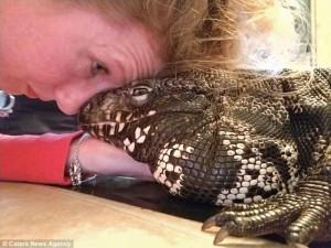 Γιγάντια σαύρα δίνει φιλιά στην ιδιοκτήτρια της! (βιντ)