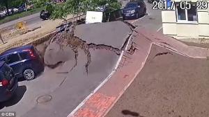 Υπόγειος σωλήνας νερού ανατινάσσεται δημιουργώντας τεράστια τρύπα στο δρόμο (vid)