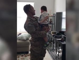 Πεζοναύτης επιστρέφει μετά από καιρό στο σπίτι και κάνει έκπληξη στη σύζυγο και τον γιο του (video)