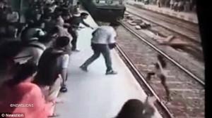 Απίστευτο βίντεο: Τρένο πάτησε γυναίκα και εκείνη επιβίωσε