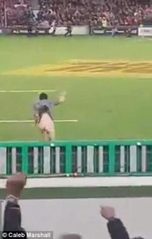 Άντρας πήγε γυμνός σε αγώνα και έτρεχε στο γήπεδο (video)