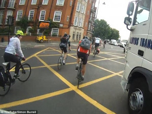 Φορτηγό παραλίγο να διαλύσει ποδηλάτη στη λωρίδα αυτοκινητόδρομου (video)