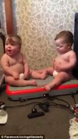 Μωρά δονούνται με συγχρονισμό και ρίχνουν γέλιο χωρίς αύριο (video)