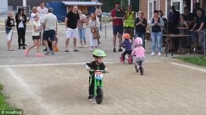 Παιδί φτάνει στον τερματισμό και γυρνάει πίσω χωρίς να περάσει τη γραμμή (video)