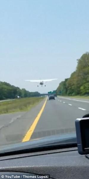 Αεροπλάνο προσγειώνεται σε αυτοκινητόδρομο ανάμεσα στα αυτοκίνητα (video)