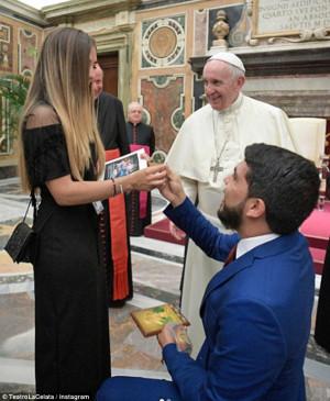 Έκανε πρόταση γάμου στη σύντροφό του μπροστά στον Πάπα (video)