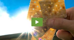 Ετσι... βλέπουν την έκλειψη ηλίου μέσα από ένα αλμυρό... κράκερ (Video)