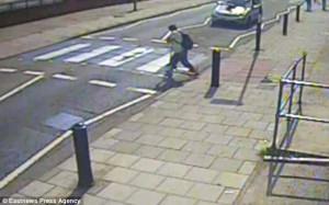 Οδηγός χτυπάει πεζό και τον παρατάει στη μέση του δρόμου (video)