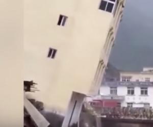 Σοκαριστικό: Κτίριο διαλύεται σαν τραπουλόχαρτα στο κέντρο της πόλης (video)