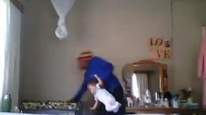 Βίντεο - σοκ! Νταντά «τέρας» πετά βρέφος στη κούνια