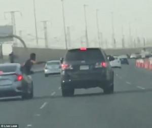 Έπεσε στη μέση αυτοκινητόδρομου καθώς κορόιδευε τον διπλανό (video)