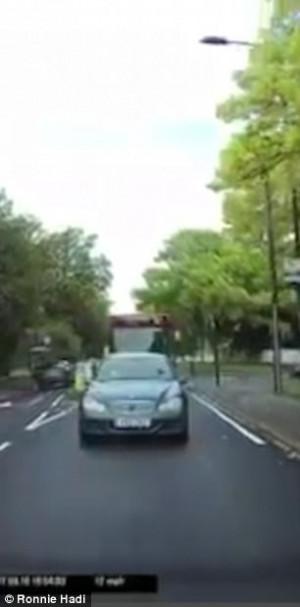 Λεωφορείο κάνει προσπέραση σε αμάξι οδηγώντας στη λάθος λωρίδα (video)