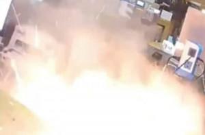 iPhone εκρήγνυται την ώρα που ο τεχνικός προσπαθεί να το επισκευάσει! (video)