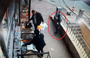 Πατέρας σώζει την κόρη του από απαγωγή κλωτσώντας το δράστη στα όργανα του (video)