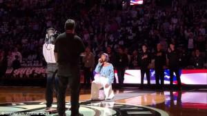 ΝΒΑ: Τραγουδίστρια γονατίζει την ώρα που τραγουδά τον εθνικό ύμνο (video)