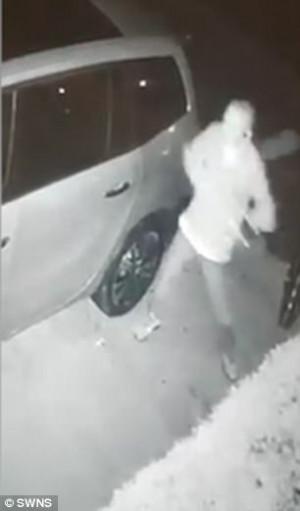 Γείτονας έσπαγε τα τζάμια από το αμάξι του διπλανού του κάθε βράδυ (video)