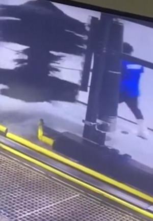 Υπάλληλος πλυντηρίου αυτοκινήτων μπερδεύτηκε στη βούρτσα και τον έκανε σβούρα (video)