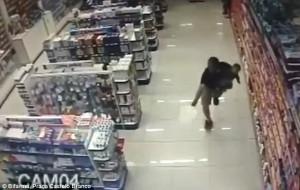 Αστυνομικός πυροβολεί δυο ληστές κρατώντας στο χέρι μωρό (video)