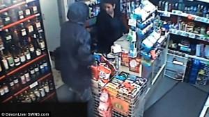 Πωλήτρια αντιμετώπισε το ληστή στα ίσια βγάζοντας επίσης μαχαίρι (video)