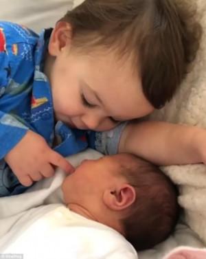 Αυτό είναι η αδελφική αγάπη σε όλο της το μεγαλείο (video)