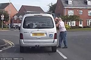 Επιτέθηκε στο δάσκαλο οδήγησης μέσα στη μέση του δρόμου (video)