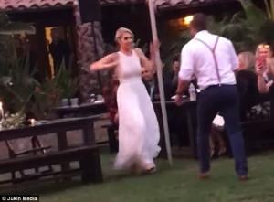 Ο κουμπάρος πέταξε στον αέρα την κουμπάρα στο χορό (video)