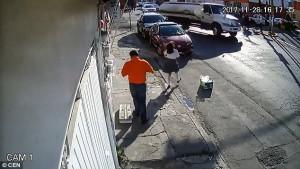 Καλώδιο χτύπησε άνθρωπο στο δρόμο και τον τίναξε κυριολεκτικά (video)