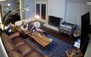 Χάζευε αραχτός στον καναπέ στο τάμπλετ του όταν ξαφνικά είδε... (video)