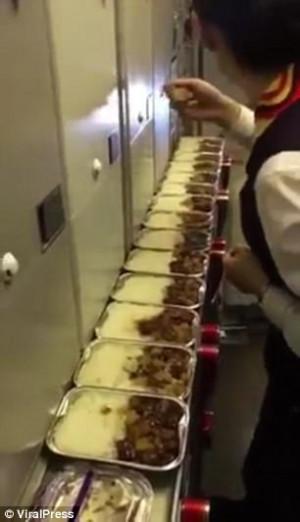 Αεροσυνοδός τρώει τα φαγητά μέσα στην πτήση (video)