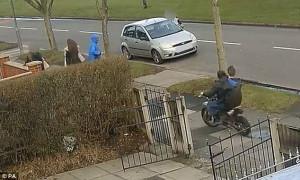 Μηχανάκι εκτός πορείας παρασέρνει παιδί στο πεζοδρόμιο (video)