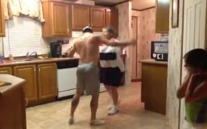 Ο γιος προσφέρει το... χέρι στη μητέρα και ο χορός τους ρίχνει το διαδίκτυο (video)