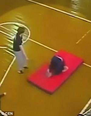 Παιδί σπάει τη σπονδυλική στήλη κατά τη διάρκεια της γυμναστικής (video)
