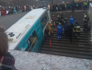 Λεωφορείο μπήκε σε υπόγειο σιδηρόδρομο και σκότωσε 4 και τραυμάτισε ακόμα περισσότερους (video)