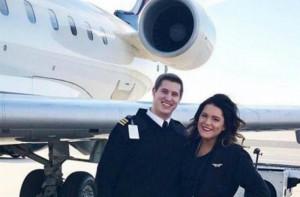 Πιλότος έκανε πρόταση γάμου σε αεροσυνοδό καθώς ενημέρωνε τους επιβάτες για την πτήση (video)