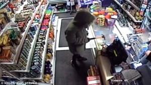 Ο χειρότερος ληστής όλων των ετών καταγράφηκε σε κατάστημα (video)