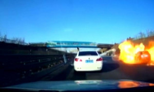 Αμάξι πιάνει φωτιά και δημιουργεί μια πύρινη εστία σε αυτοκινητόδρομο (video)