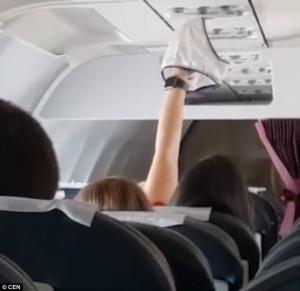 Στέγνωσε το εσώρουχο της στο αιρκοντίσιον κατά τη διάρκεια της πτήσης (video)