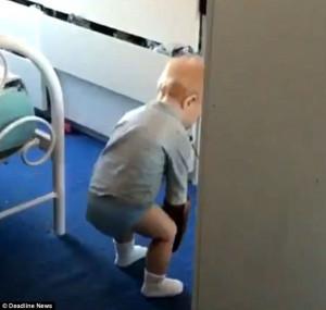 Μωρό πήρε την κρέμα μαυρίσματος της μαμάς του και άρχιζε να παίζει (video)