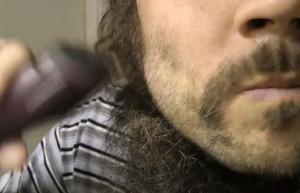 Αποφάσισε να κόψει το μούσι του μετά από 1.5 χρόνο! Οι αντιδράσεις; Απίστευτες... (video)