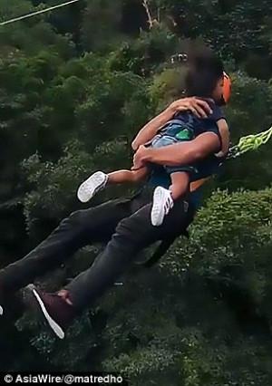 Πατέρας πιάνει την κόρη του και κάνουν μαζί ελεύθερη πτώση (video)