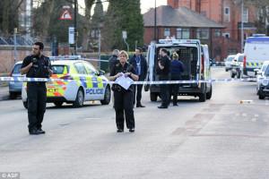 Νεαρός επιτέθηκε σε αστυνομικούς κρατώντας μπαλτά και παραλίγο να τους σκοτώσει (video)