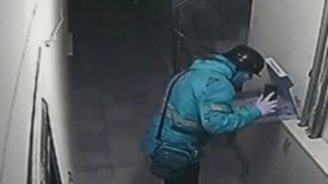 Ντιλίβερι έφτυσε στην πίτσα πριν τη παραδώσει και τράβηξε βίντεο (video)