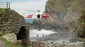 Ελικόπτερο φτάνει ελάχιστα μέτρα από την ακτή για να περιθάλψει έναν τραυματία (video)