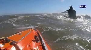 Έφηβοι παγιδεύτηκαν στη θάλασσα και τους βρήκαν αργότερα να περιμένουν πάνω στην πέτρα (video)